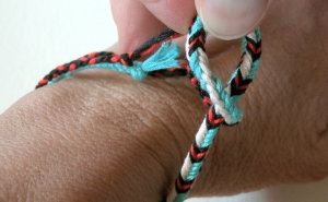 finger loop braiding, braid, instructions for making a bracelet, fastening method