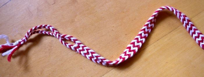 Four-loop flat braid, Zebra-stripes pattern, finger loop braiding