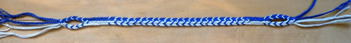 Flat (linked) bicolor braid pattern Contrast V's, loopbraider.com